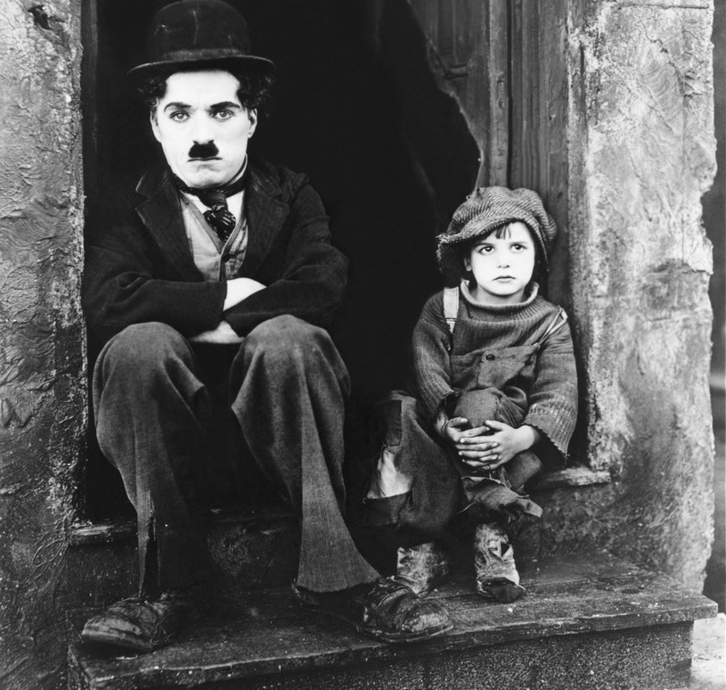 "Charlie Chaplin i Jackie Coogan w filmie ""Brzdąc"" (1921) /Sunset Boulevard/Corbis /Getty Images"