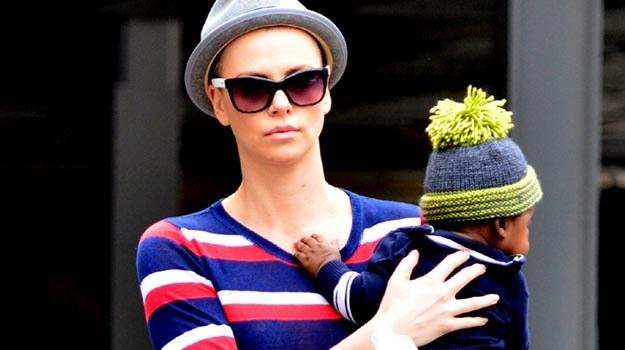 """Charlize Theron do roli w """"Mad Maksie"""" ogoliła głowę na zero. /Splashnews"""