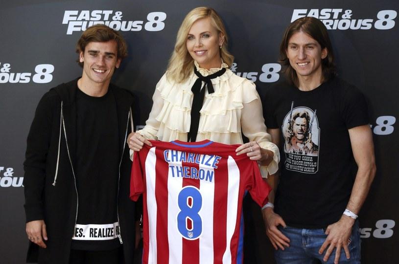 Charlize Theron dostała koszulkę Atletico /PAP/EPA