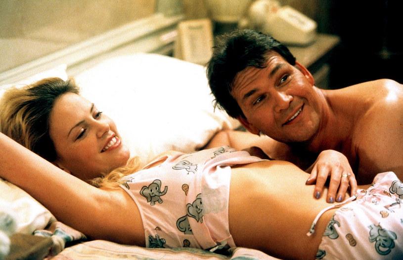 """Charlize Theron i Patrick Swayze w filmie """"Obudzić się w Reno"""" /Everett Collection /East News"""
