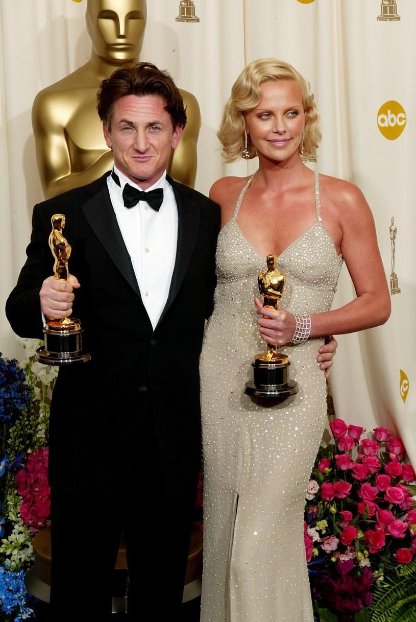 Charlize Theron i Sean Penn na gali rozdania Oscarów w 2004 roku /Frank Micelotta /Getty Images