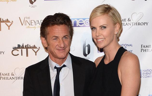Charlize Theron i Sean Penn /Jason Kempin /Getty Images