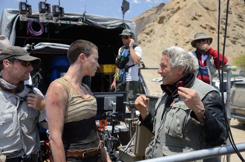 "Charlize Theron (L) i reżyser George Miller (P) na planie filmu ""Mad Max: Na drodze gniewu"" /materiały dystrybutora"