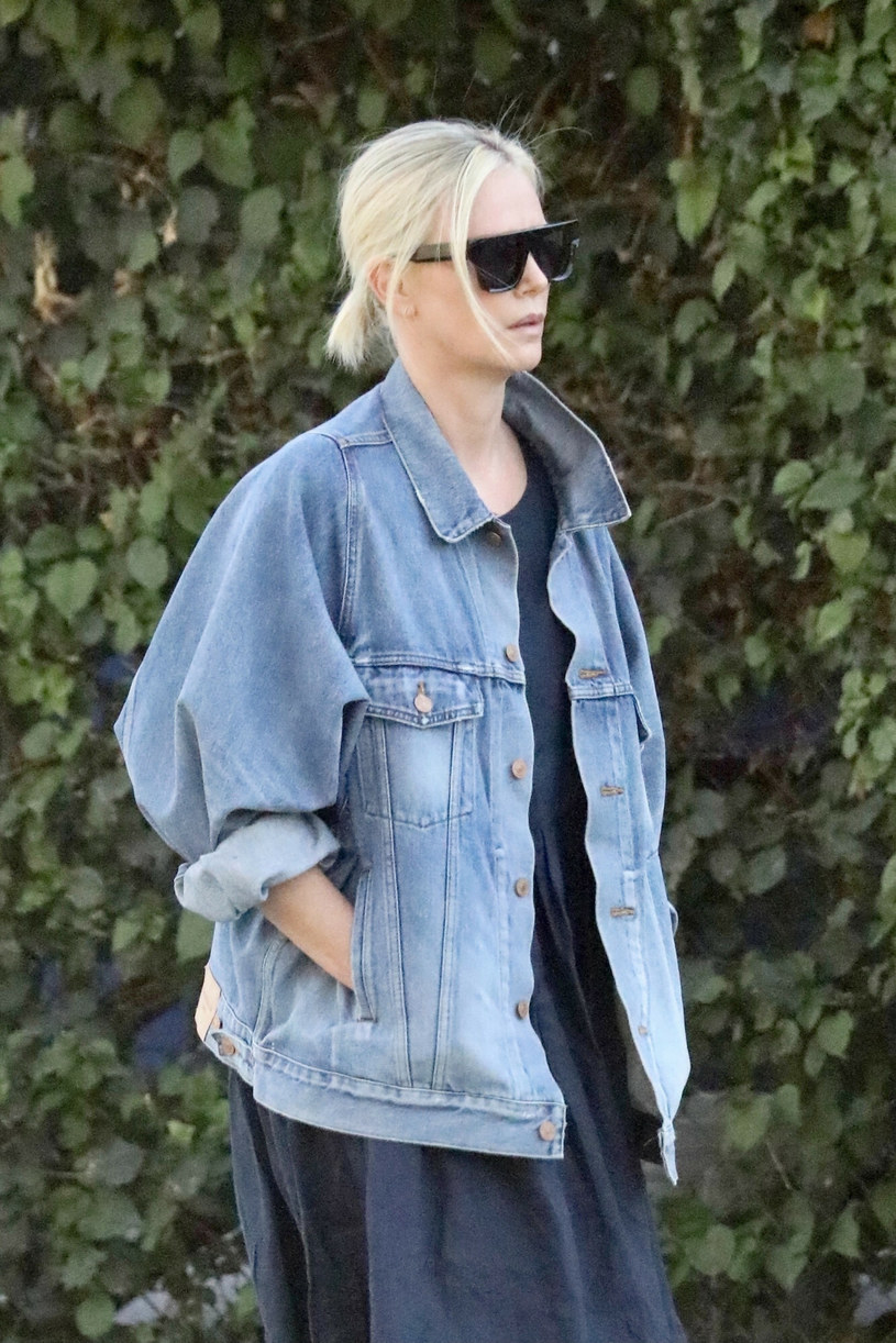 Charlize Theron w modnej jeansowej kurtce /BACKGRID /East News