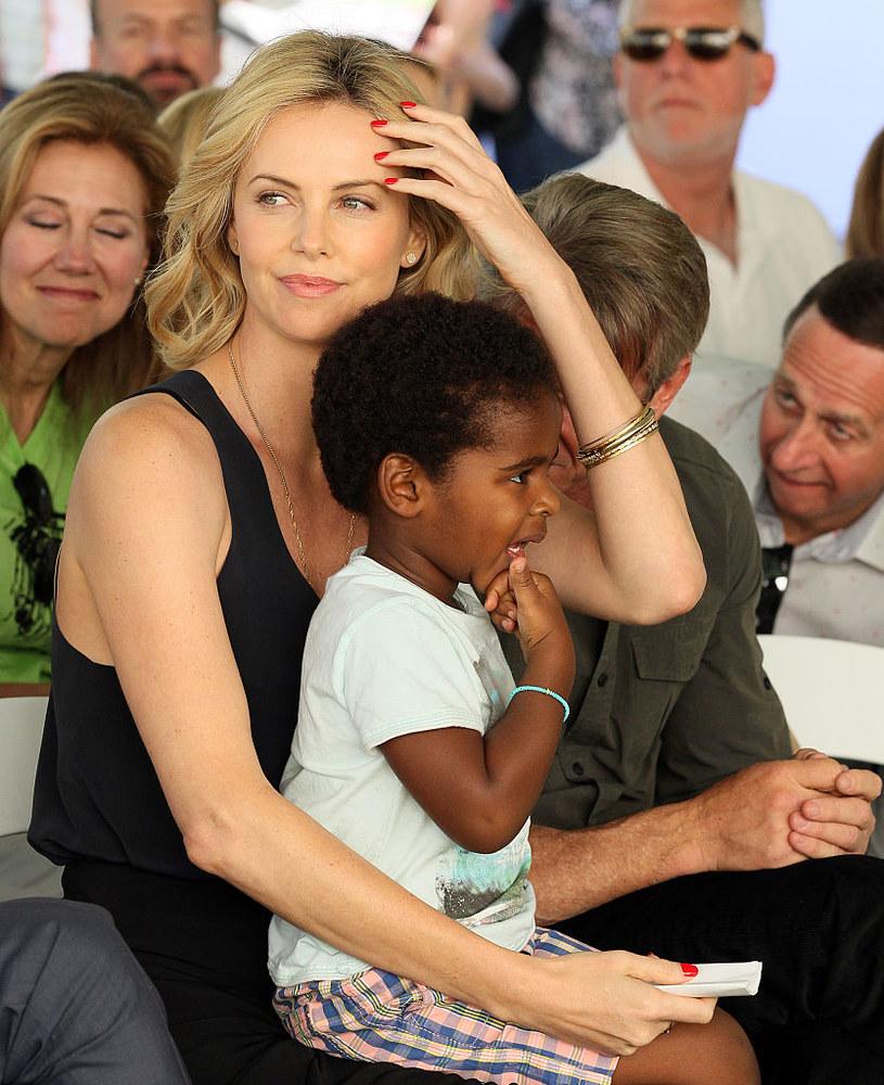 Charlize Theron z synem /JB Lacroix/WireImage