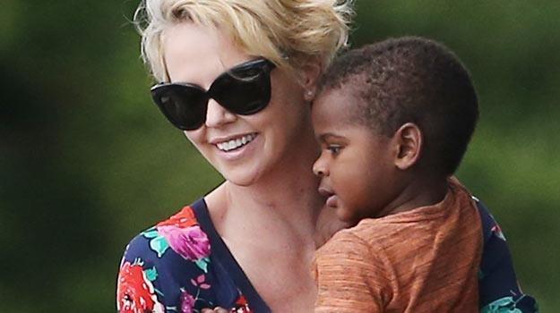 Charlize Theron z synkiem Jacksonem. /Splashnews