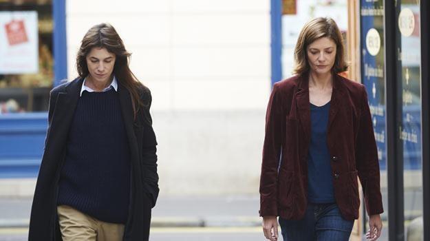 "Charlotte Gainsbourg i Chiara Mastroianni w filmie ""3 serca"" /materiały dystrybutora"