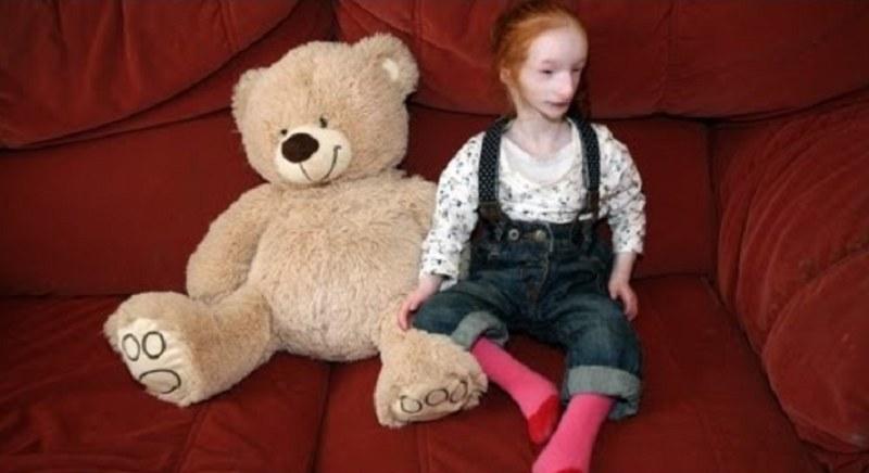 Charlotte obok jednej ze swoich zabawek /Barcroft TV /YouTube