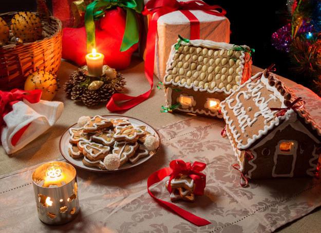 Chatka z piernka będzie świetną dekoracją świątecznego stołu /123RF/PICSEL