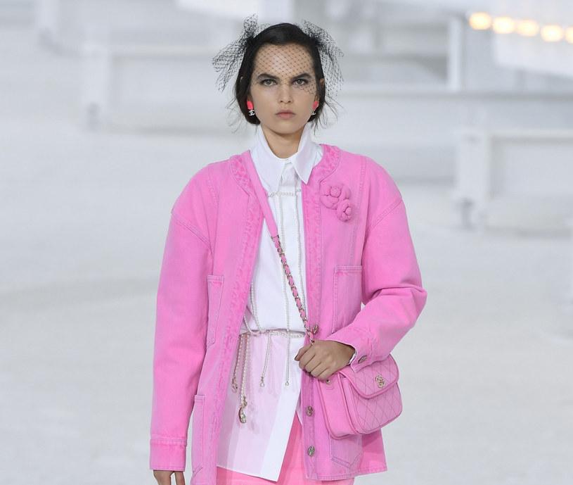 Chcąc zainspirować się sylwetkami z pokazu Chanel, pamiętajmy, by wzbogacając swoje stroje o wyraziste odcienie /Jonas Gustavsson/Sipa USA/East News /East News