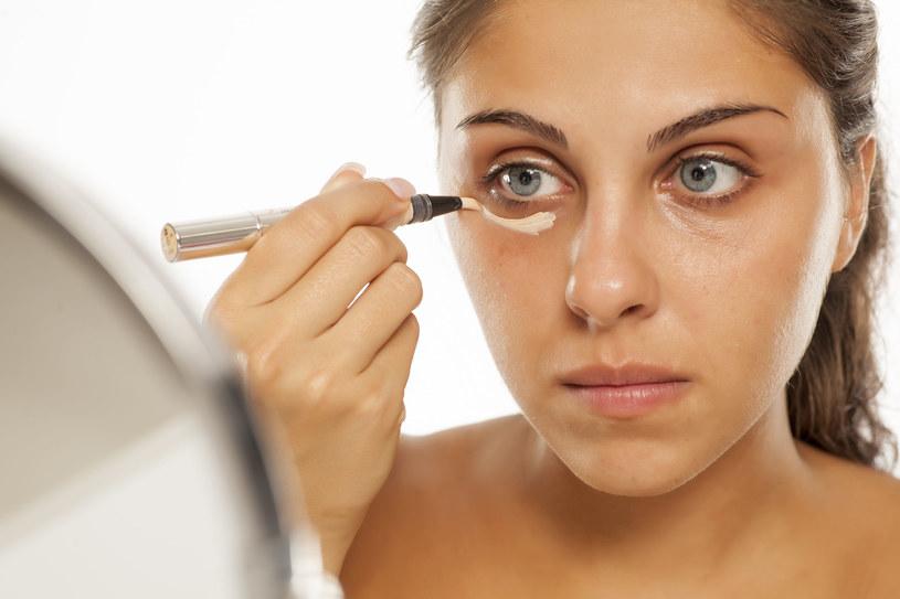 Chcąc zmodyfikować makijażową rutynę, warto przetestować trik, który podbił ostatnio serca użytkowniczek TikToka /123RF/PICSEL