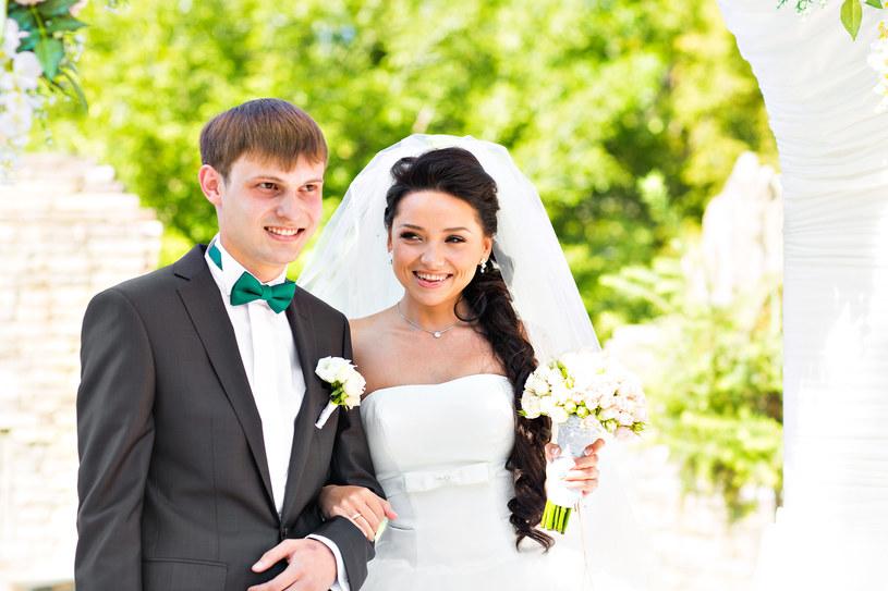 Chcąc zorganizować ślub pod ścianą lasu, nad brzegiem jeziora lub na kwietnej łące, należy uzyskać na to zgodę urzędu /123RF/PICSEL