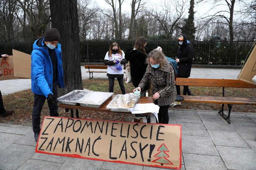 Chcemy pracować, nie protestować - przekonywali przedstawiciele branży turystycznej z Warmii i Mazur podczas pikiety przed kancelarią premiera /Rafał Guz /PAP