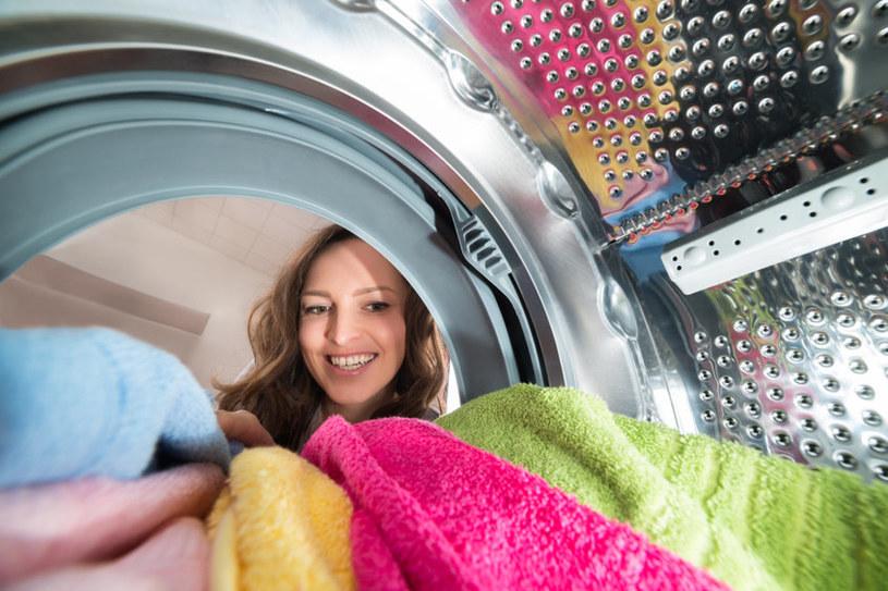 Chcesz, aby ubrania po praniu były gładkie i miękkie? Sięgnij po glicerynę! /123RF/PICSEL