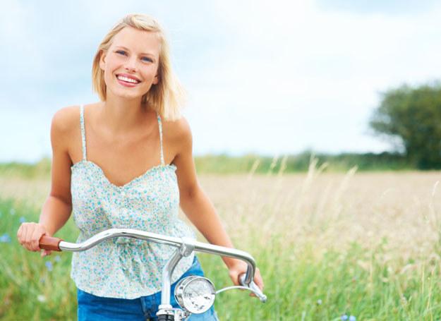 Chcesz być szczęśliwsza? Kup sobie rower i pojedź gdzieś ze znajomymi /123RF/PICSEL