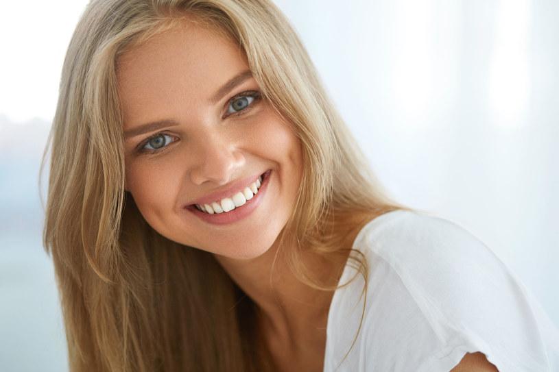 Chcesz mieć białe zęby. Oto tani domowy sposób /123RF/PICSEL