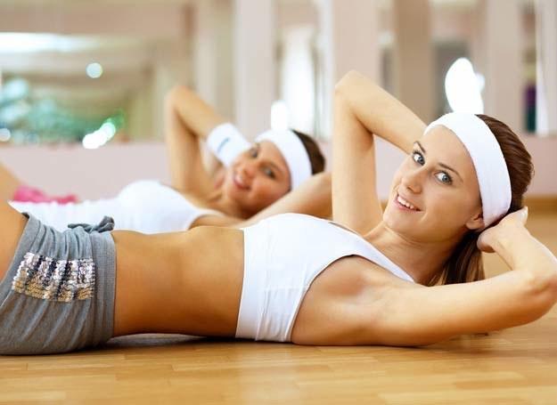 Chcesz mieć płaski brzuch? Musisz ćwiczyć! /123RF/PICSEL
