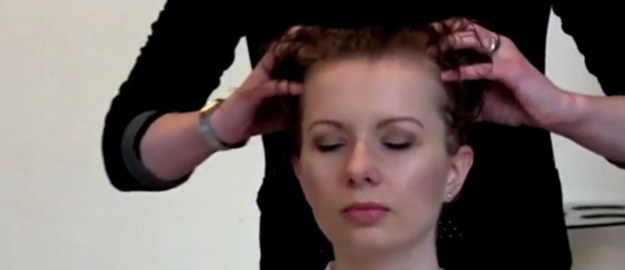 Chcesz mieć zdrowe włosy? Masuj głowę!