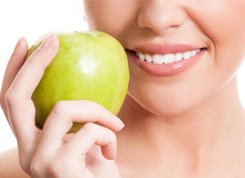 Chcesz mieć zdrowe zęby? Uważaj na to, co jesz! /123RF/PICSEL
