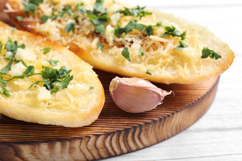 Chcesz przygotować smaczną i szybką przekąskę? Chleb czosnkowy będzie idealnym rozwiązaniem /123RF/PICSEL
