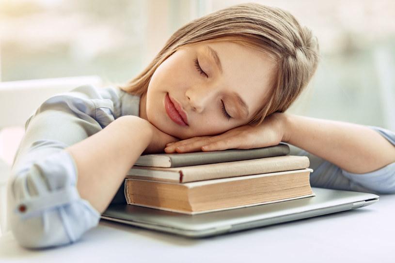 Chcesz się zregenerować w ciągu dnia? Nie śpij dłużej niż 20 minut /123RF/PICSEL