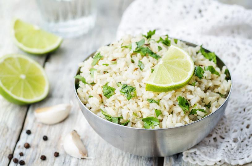 Chcesz zachować zdrowie i szczupłą sylwetkę? Jedz  siemię lniane, otręby, kasze, brązowy ryż, żytnie pieczywo i płatki owsiane /123RF/PICSEL