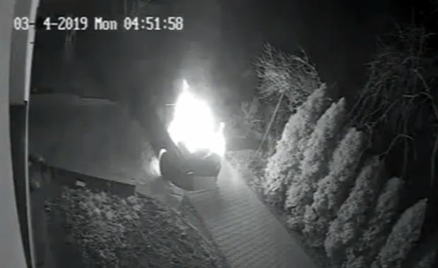 Chciał podpalić samochód, ale podpalił też siebie [WIDEO]