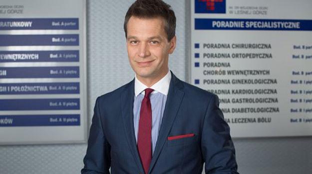 - Chciałbym, żeby wrócił do zdrowia, odzyskał wreszcie swój koloryt, znowu stał się pewny siebie, zarozumiały i zajadły w zwalczaniu innych, bo to świetny materiał do grania - mówi o Falkowiczu Michał Żebrowski /www.nadobre.tvp.pl/