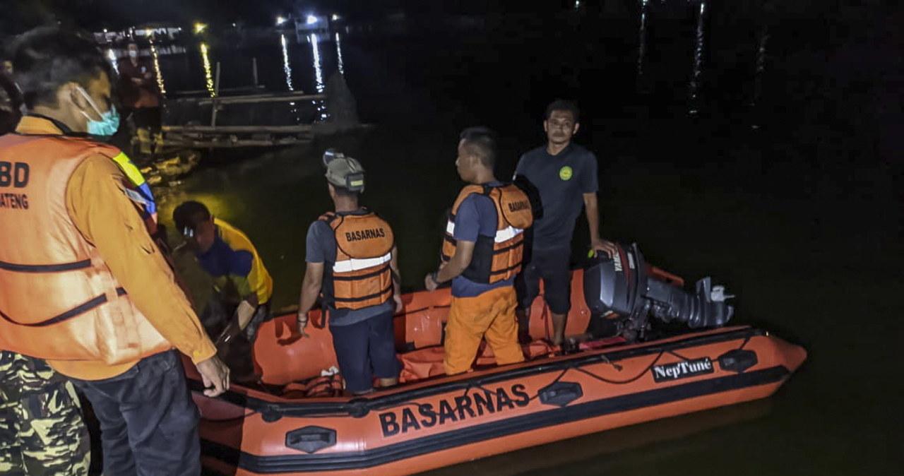 Chcieli sobie zrobić selfie na łodzi, zginęli. Tragiczny wypadek w Indonezji