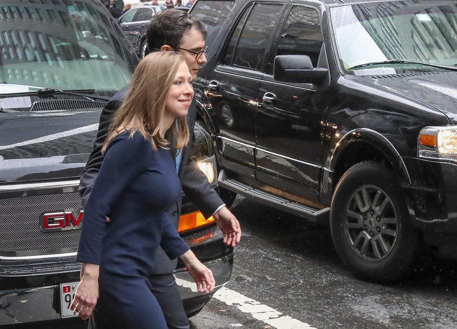 Chelsea Clinton i jej mąż Marc Mezvinsky tuż po pierwszym występieniu Hillary Clinton po przegranych wyborach prezydenckich, listopad 2016 /ANDREW GOMBERT /PAP/EPA
