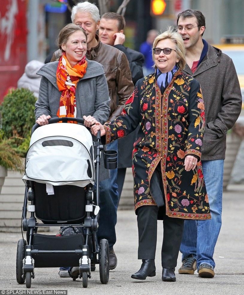 Chelsea Clinton z rodziną /East News