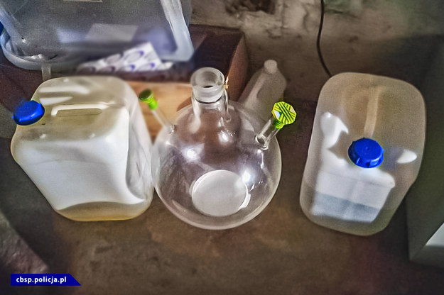 Chemikalia znalezione w laboratorium /Policja