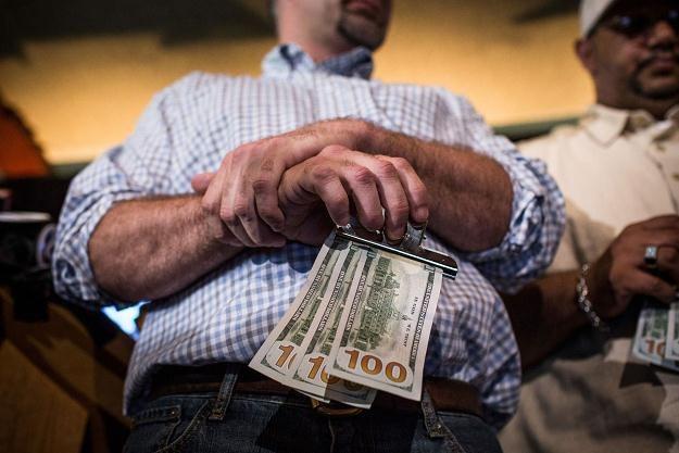Chen Guangbiao kupił biednym obiad i rozdawał pieniądze - 300 dolarów w gotówce /AFP