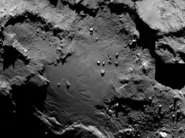 Cheops na tle większej powierzchni jądra komety. /materiały prasowe