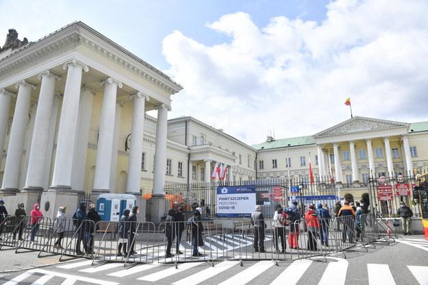 Chętni na szczepienie przeciw Covid-19 otrzymują jednodawkowy preparat firmy Johnson & Johnson. Na zdjęciu kolejka w Warszawie /Radek  Pietruszka /PAP