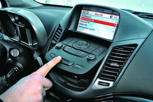 Odchylany panel radia kryje schowek, a także wejścia AUX i USB.