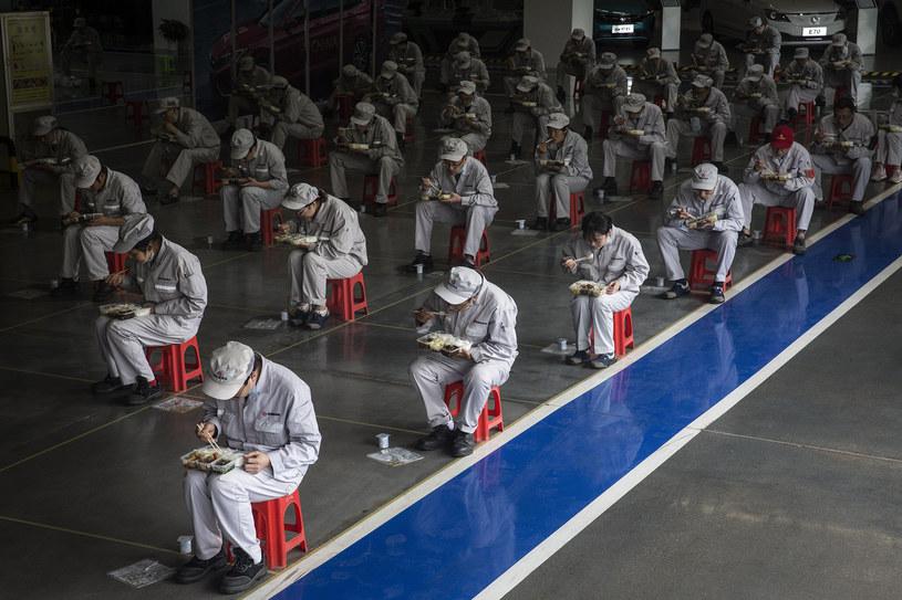 Chicny wprowadziły bardzo surowe obostrzenia epidemiczne. Na zdjęciu pracownicy jedzący posiłek w dwumetrowych odstępach /Getty Images