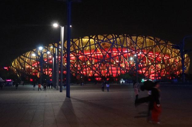 Chińczycy kochają światło. Tu: stadion olimpijski w Pekinie, tzw. Ptasie Gniazdo, nocą /INTERIA.PL