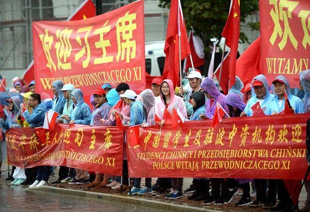 Chińczycy mieszkający w Polsce witają swojego prezydenta w Warszawie /PAP