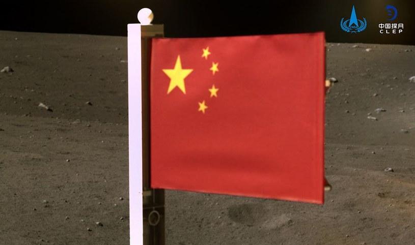 Chińczycy zostawili swoją flagę na Księżycu. Fot. CNSA/CLEP /materiały prasowe