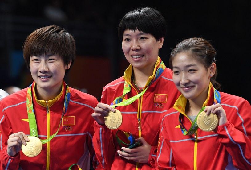 Chinki pozują ze swoimi medalami na podium /AFP