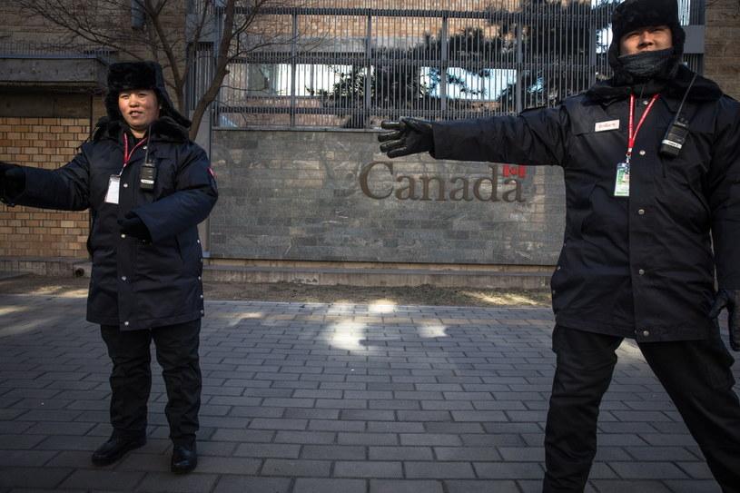 Chińscy funkcjonariusze powstrzymują fotografa przed robieniem zdjęć przed ambasadą Kanady w Pekinie /EPA/ROMAN PILIPEY /PAP