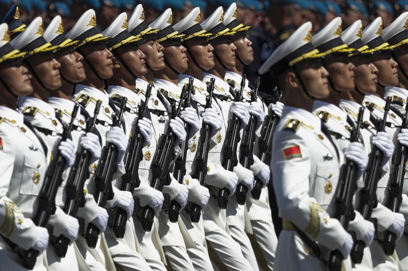 Chińscy żołnierze podczas parady w Rosji /PAVEL GOLOVKIN /PAP/EPA
