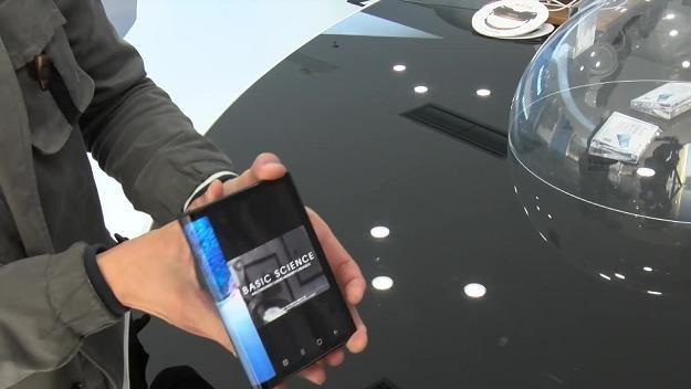 Chińska firma Royole zaprezentowała  swój składany smartfon. Źródło: RUPTLY / x-news /