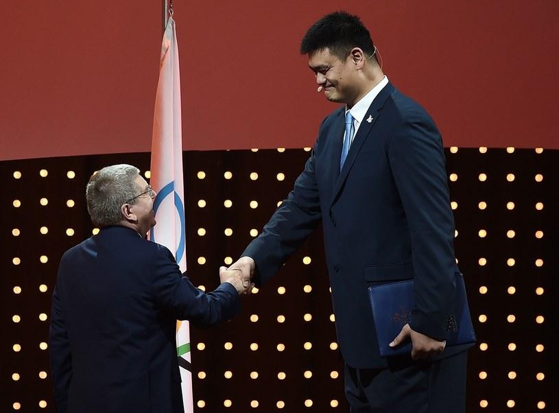 Chiński koszykarz Yao Ming (z prawej) /AFP /AFP