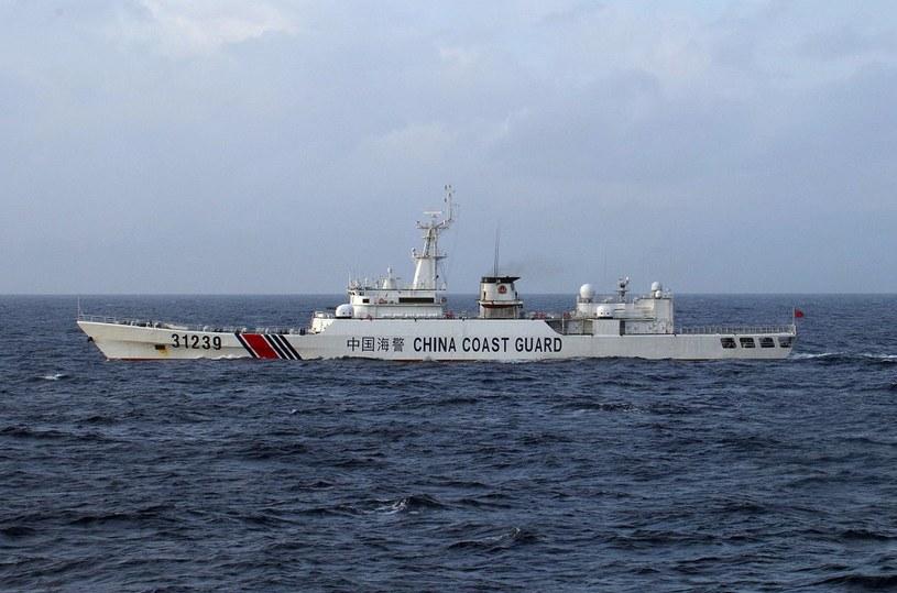 Chiński okręt straży wybrzeża na japońskich wodach terytorialnych wokół wysp Senkaku, zdjęcie z grudnia 2015 roku /AFP