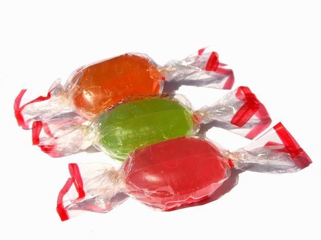 Chińskie cukierki, które trafiły do szkolnych sklepików, zawierają groźne barwniki /© Panthermedia