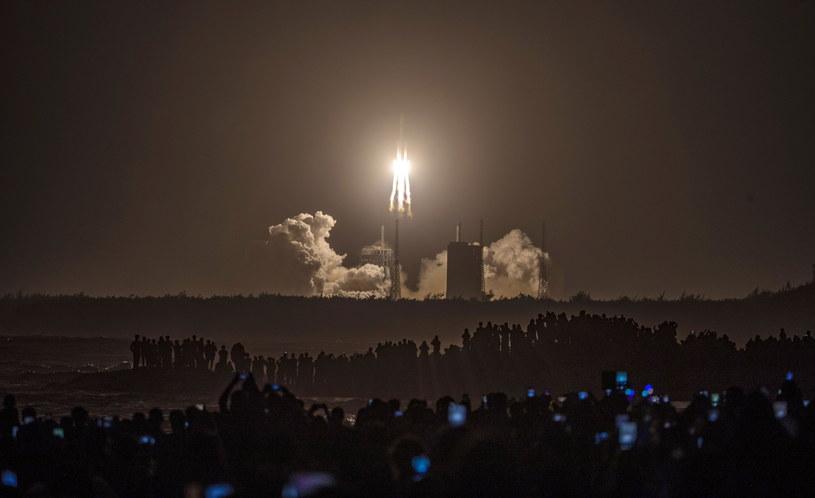 Chiny: Bezzałogowy statek kosmiczny poleciał przywieźć próbki z Księżyca / STR   /PAP/EPA