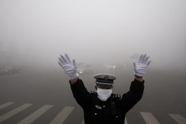 Chiny nie potrafią uporać się ze smogiem /AFP