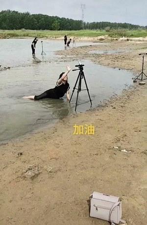Chiny: Streamerzy udają ofiary powodzi
